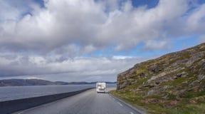 Северная Норвегия, жилой фургон на узкой и ветреной дороге водя к Хаммерфесту на солнечный день Стоковое Фото
