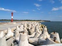 Северная пристань с конкретными волнорезами и берег лазера звенели маяк Baltiysk, область Калининграда стоковое фото rf
