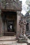 Северная статуя попечителя строба на входе к виску Preah Khan двенадцатого века стоковое фото rf