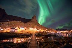Северное сияние над рыбацким поселком Reine, острова Lofoten стоковое фото