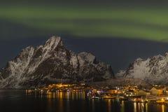 Северное сияние, северное сияние над Reine, Lofoten Стоковая Фотография