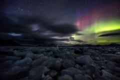 Северное сияние над замороженным ледовитым фьордом Стоковые Изображения