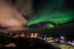 Северное сияние над улицами Nuuk, Гренландией Стоковые Изображения