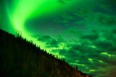 Северное сияние светит вверх над горными склонами около Вальдес Аляски Стоковое Изображение RF