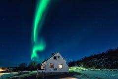 Северное сияние северного сияния над туристом располагаясь лагерем в островах Lofoten, Норвегии зима улицы людей ночи ландшафта г Стоковые Изображения