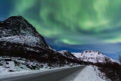 Северное сияние (северное сияние) над горой Стоковая Фотография RF