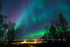 Северные света над городом стоковые фотографии rf
