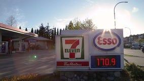 СЕВЕРНЫЙ ВАНКУВЕР, ДО РОЖДЕСТВА ХРИСТОВА, КАНАДА - 19-ОЕ АПРЕЛЯ 2019: Североамериканский все газовые цены времени высокие ударили видеоматериал