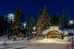 Северный Ванкувер Канада - 30-ое декабря 2017: Каток, потеха и развлечения катания на коньках на горе тетеревиных Стоковое Изображение