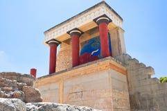 Северный вход с поручая фреской быка на предпосылке на дворце Knossos на острове Крита, Греции Стоковые Фото