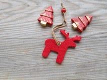 Северный олень и рождественская елка Стоковая Фотография RF