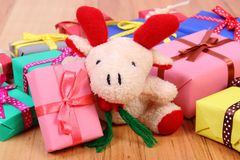 Северный олень плюша с красочными подарками для рождества или другого торжества Стоковая Фотография