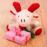 Северный олень плюша с подарком для рождества или другого торжества Стоковые Фотографии RF
