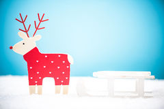 Северный олень рождества вытягивая розвальни снега Стоковое Фото