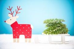 Северный олень рождества вытягивая розвальни снега Стоковые Изображения