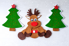 Северный олень Рудольфа рождества поздравительной открытки handmade от войлока с рождественской елкой, красными звездами Стоковое Фото