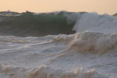 Северный прибой шторма берега на заходе солнца Стоковая Фотография