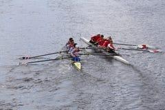 Северовосточный (выведенный) и Корнелл (правый) вступите в противоречия в голове чемпионата Fours людей регаты Чарльза Стоковая Фотография
