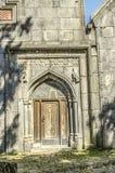 Северозападный взгляд входа с высекаенной деревянной дверью Стоковое Фото