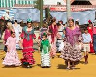 СЕВИЛЬЯ, ИСПАНИЯ - 25-ОЕ АПРЕЛЯ: женщины одетые в традиционных костюмах Стоковые Изображения RF