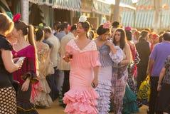 СЕВИЛЬЯ, ИСПАНИЯ - 25-ОЕ АПРЕЛЯ: женщины одетые в традиционных костюмах Стоковая Фотография RF