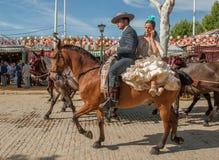 СЕВИЛЬЯ, ИСПАНИЯ - 25-ое апреля: Всадники лошади на апреле Севильи стоковое фото rf