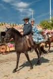 СЕВИЛЬЯ, ИСПАНИЯ - 25-ое апреля: Всадники лошади на апреле Севильи стоковые фотографии rf