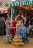 СЕВИЛЬЯ, ИСПАНИЯ - 26-ое апреля: Женщины выполняя таец sevillana на Стоковые Фото