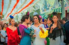 СЕВИЛЬЯ, ИСПАНИЯ - 26-ое апреля: Женщины в платье стиля фламенко на стоковая фотография