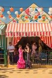СЕВИЛЬЯ, ИСПАНИЯ - 25-ое апреля: Женщины в платье стиля фламенко на Стоковое фото RF