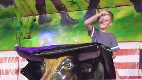 Севилья, Испания - 5-ое мая 2019: Традиционный фестиваль в Испании Средний снятый бык катания механический на парке атракционов сток-видео