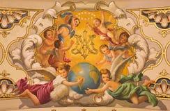 Севилья - ангелы фрески и вензель девой марии на потолке в церков Базилике de Ла Macarena стоковое изображение