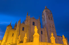 СЕГОВИЯ, ИСПАНИЯ, 14 -ГО АПРЕЛЬ -, 2016: Ла Асунсьон y de Сан Frutos de Сеговия Senora de Nuestra собора на сумраке Стоковая Фотография