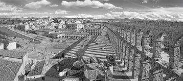 СЕГОВИЯ, ИСПАНИЯ, 13 -ГО АПРЕЛЬ -, 2016: Мост-водовод Сеговии и Площади del Artilleria с городком Стоковое Фото