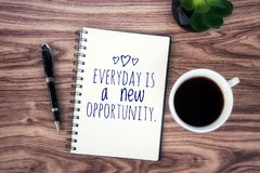 Сегодня вдохновляющий закавычьте ежедневное новая возможность С положительным мотивационным текстом на тетради, чашка черноты утр стоковая фотография rf