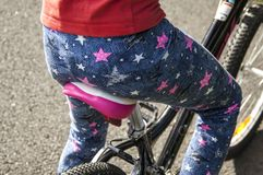 Седловина велосипеда и девушка на ей стоковое фото rf