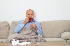 Сезонная инфлуенза - старший человек стоковые изображения
