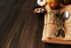 Сезонная сервировка стола с малыми тыквами Стоковая Фотография