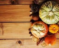 Сезонная установка деревянного стола с малыми тыквами Стоковые Фото