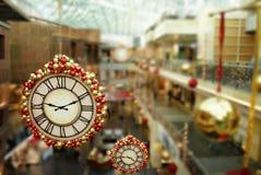 Сезонно украшаемый проход торгового центра стоковое фото rf