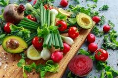 Сезонный ингридиент овощей для салата, красной редиски, томатов, луков весны, бураков, лимонов и авокадоа на дубе стоковое фото