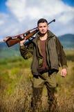 Сезон звероловства Оружие или винтовка оружия звероловства Охотник человека носит предпосылку природы винтовки Опыт и практика од стоковое фото rf