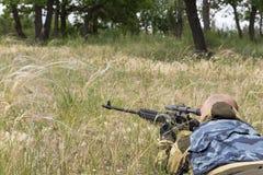 Сезон звероловства Человек 35-40-year-old охотится и целится огнестрельное оружие стоковые изображения rf