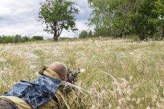 Сезон звероловства Человек 35-40-year-old охотится и целится огнестрельное оружие стоковая фотография rf