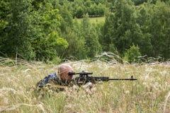 Сезон звероловства Человек 35-40-year-old охотится и целится огнестрельное оружие стоковое фото rf