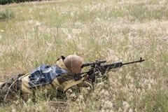Сезон звероловства Человек 35-40-year-old охотится и целится огнестрельное оружие стоковые фото