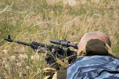 Сезон звероловства Человек 35-40-year-old охотится и целится огнестрельное оружие стоковое изображение
