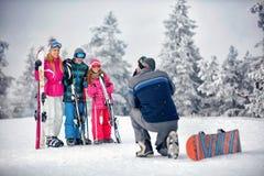 Сезон зимы - взятие отца фотографируя семью на каникулах внутри стоковые фото