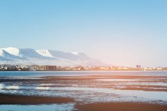 Сезон зимы деревни Исландии с предпосылкой горы стоковые изображения