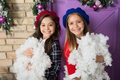 Сезон, который нужно замерзать Небольшие девушки с украшением рождества Небольшие дети с искусственным снегом Счастливые дети стоковое изображение